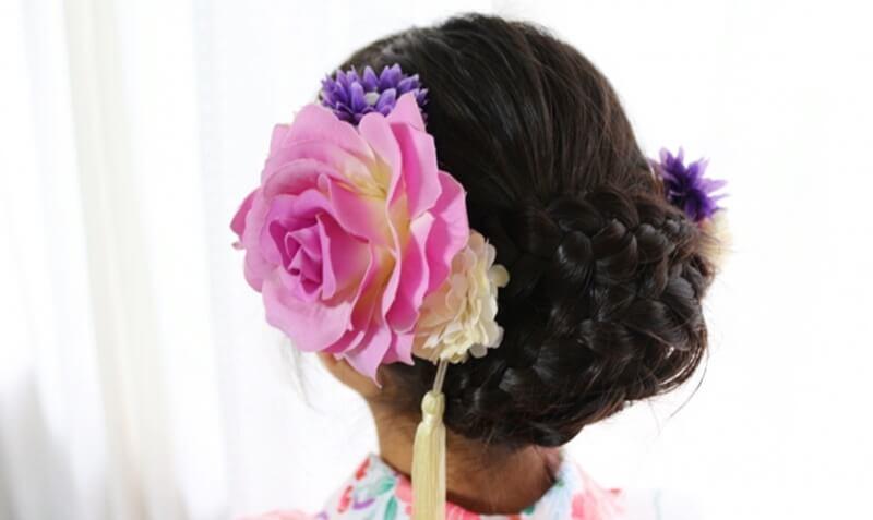 コサージュの髪飾りは卒業式の定番