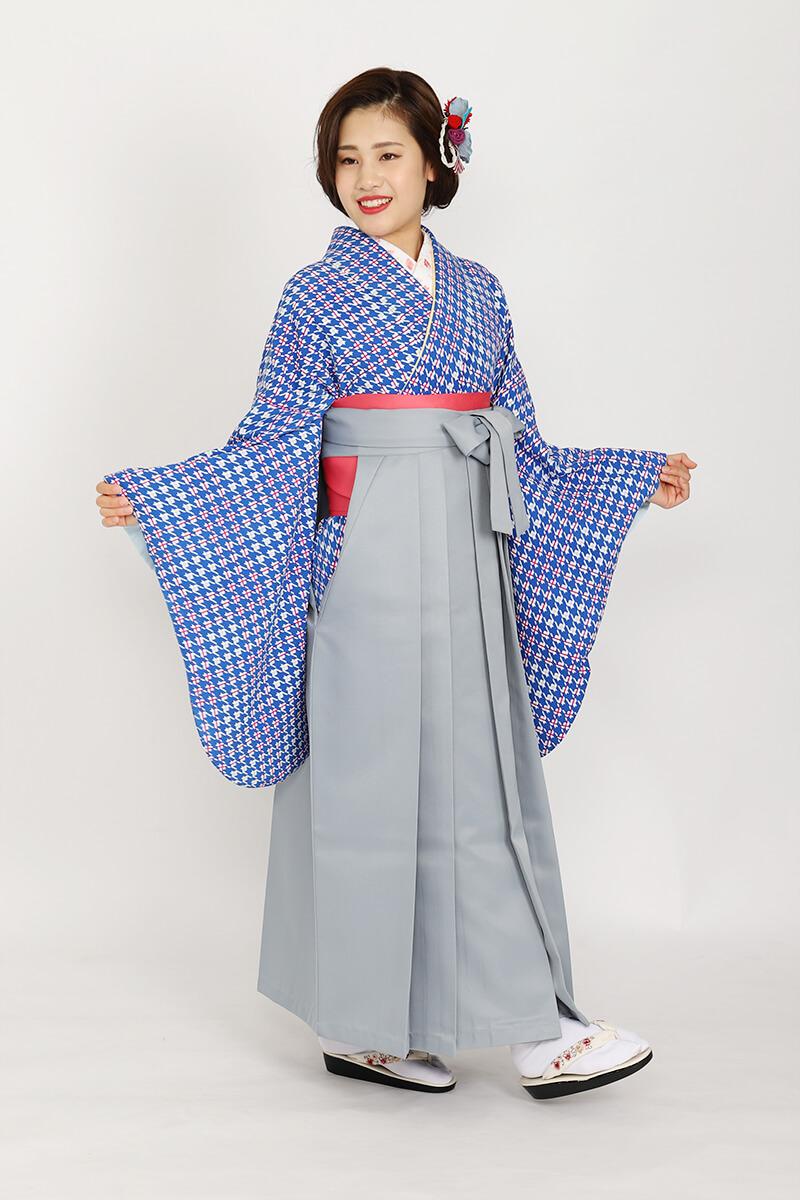 千鳥柄の着物もグレーの袴で清潔感のある印象に